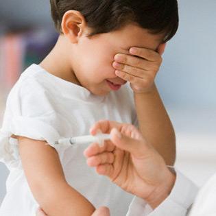 criança tomando vacina