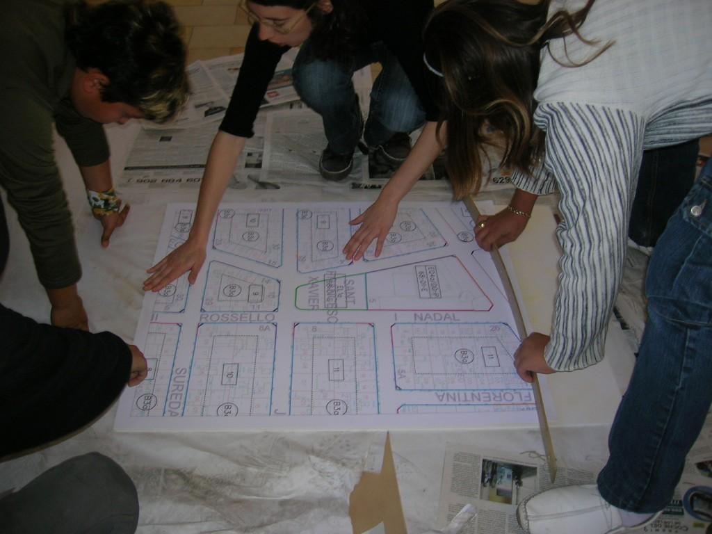 Alunos desenhando um mapa