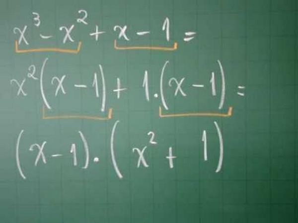Como funciona a fatoração de expressão algébrica
