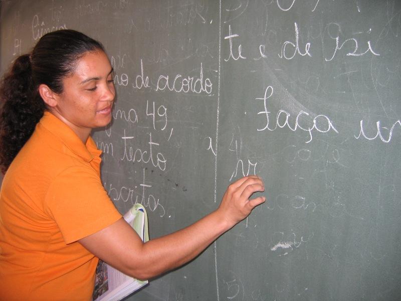 Professor brasileiro trabalha 25 horas por semana e gasta 20 do tempo com indisciplina