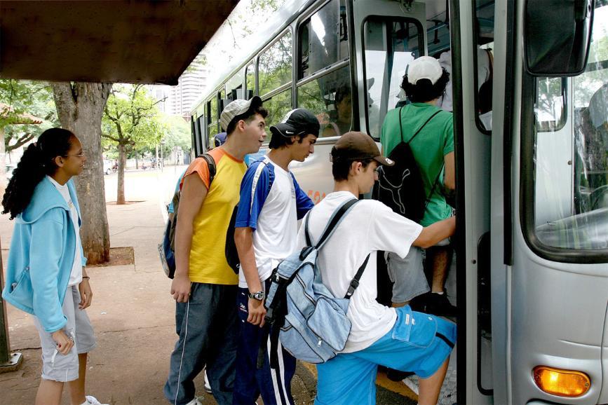 Alunos da rede pública da PB ganham passe livre no transporte coletivo