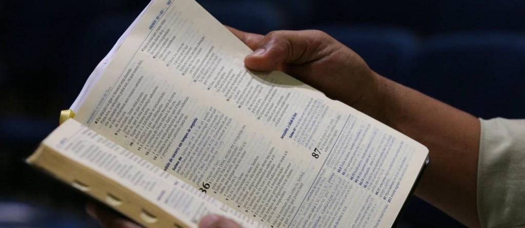 Cidade do interior de São Paulo obriga alunos a leitura bíblica