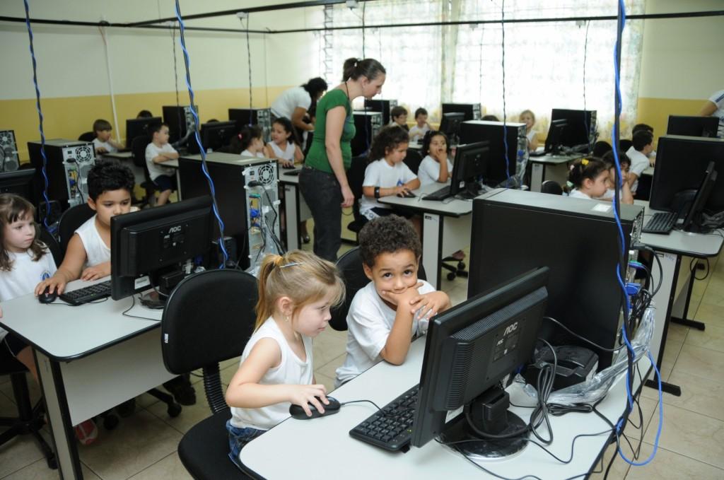 Quase metade das escolas públicas brasileiras ainda não contam com computador 2