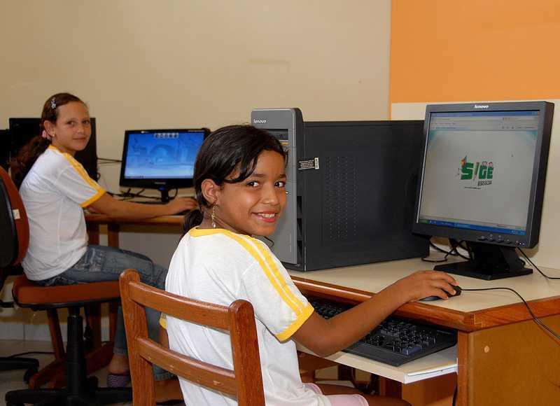 Quase metade das escolas públicas brasileiras ainda não contam com computador