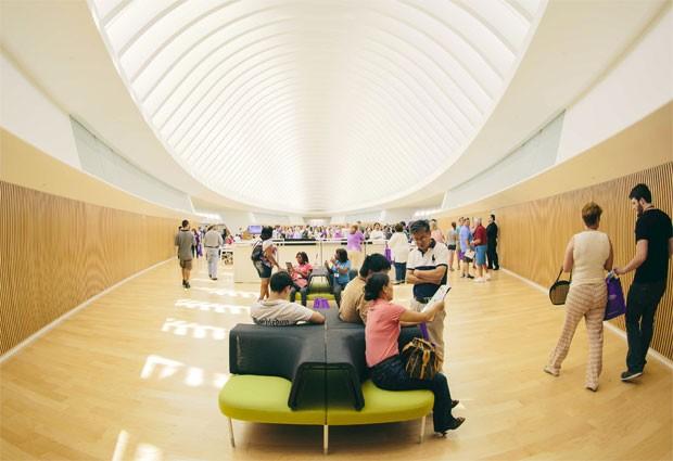 Universidade nos Estados Unidos inaugura biblioteca sem livros convencionais