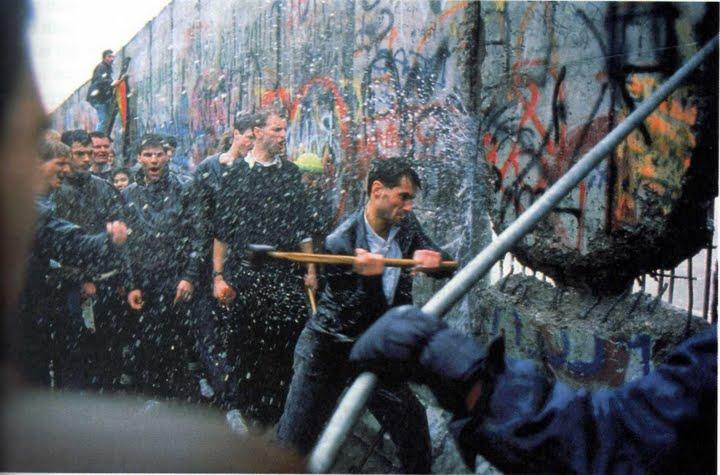 Resultado de imagem para derrubada do muro de berlim