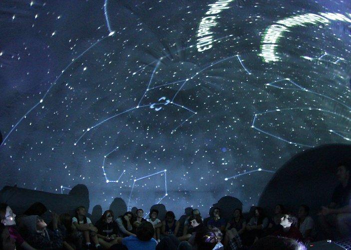 Estudantes de física criam um planetário inflável e itinerante