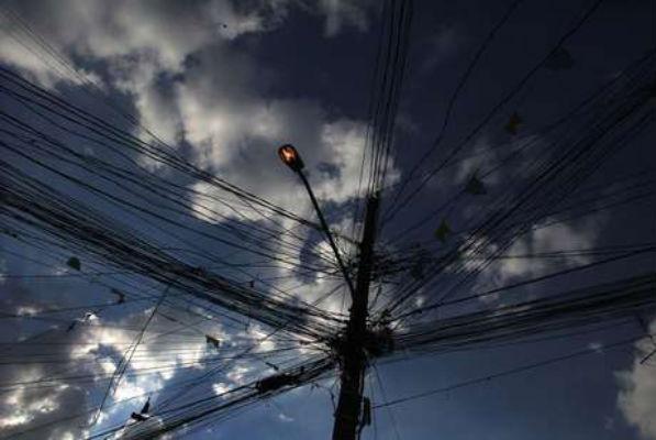 Apagões atingem Brasil inteiro e ministro diz que é falha técnica