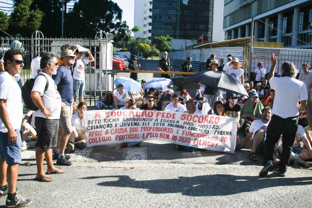 Professores estão em greve no Paraná e passam carnaval acampados