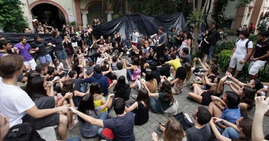 Alunos da PUC de São Paulo ocupam reitoria