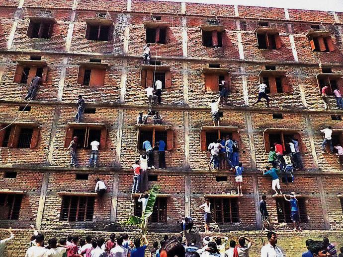 Pais escalam parede de escola para ajudar filhos durante a prova 2