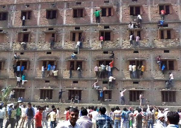 Pais escalam parede de escola para ajudar filhos durante a prova