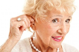 Usar aparelho auditivo ajuda a acabar com isolamento de idosos