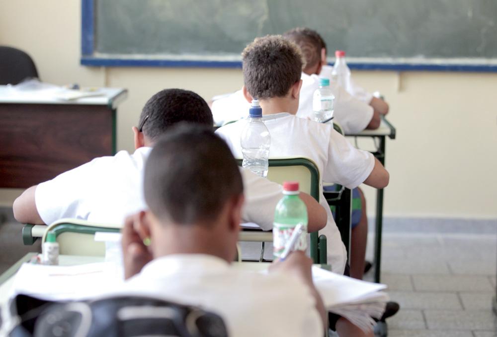 SÌO PAULO, SP, BRASIL, 26-08-2010: Educa‹o: alunos da EMEF Padre Manoel de Paiva levam garrafas de ‡gua para a sala de aula devido ao clima de ar seco, em S‹o Paulo (SP). (Foto: Robson Ventura/Folhapress)  Local:EMEF Padre Manoel de Paiva; SP: S‹o Paulo; SP: S‹o Paulo; Brasil  CrŽdito: Robson Ventura/Folhapress (C—d. Fot: 1006)
