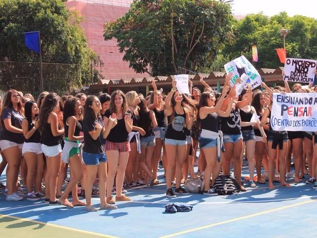 Alunas fazem protesto pelo direito de usar shorts em escola particular de Porto Alegre