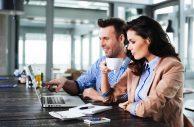 Pesquisa afirma que escolher bem colega que senta ao lado aumenta desempenho no trabalho