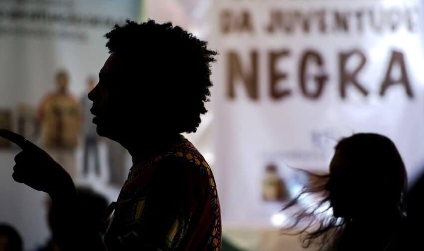 Saiba como abordar o tema das cotas raciais em sala de aula