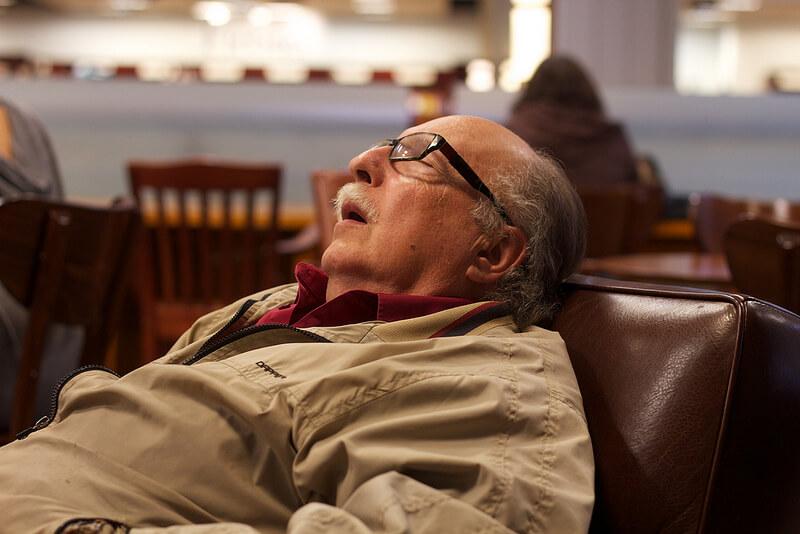 Por que idosos dormem menos do que jovens?