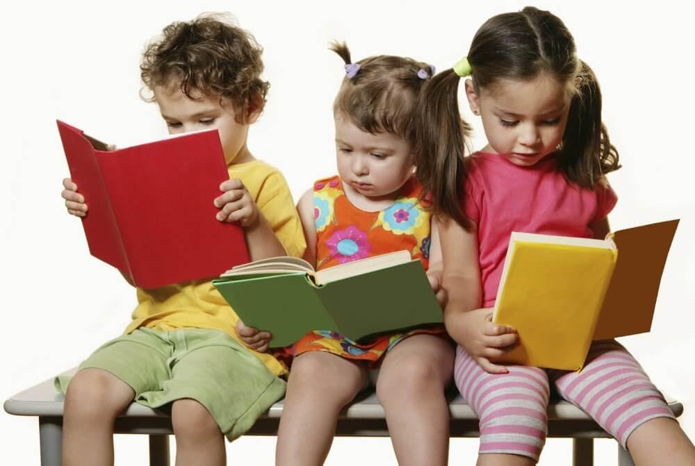 Resultado de imagem para crianças com revistas