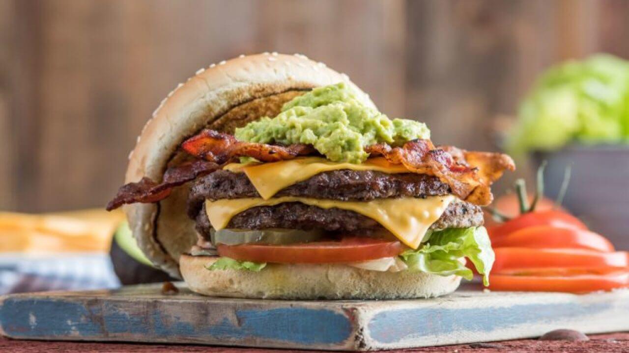 Restaurante oferece vaga para estagiário comer bacon