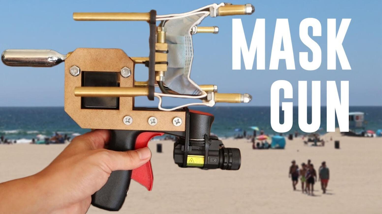 Homem constrói arma que atira máscaras em pessoas